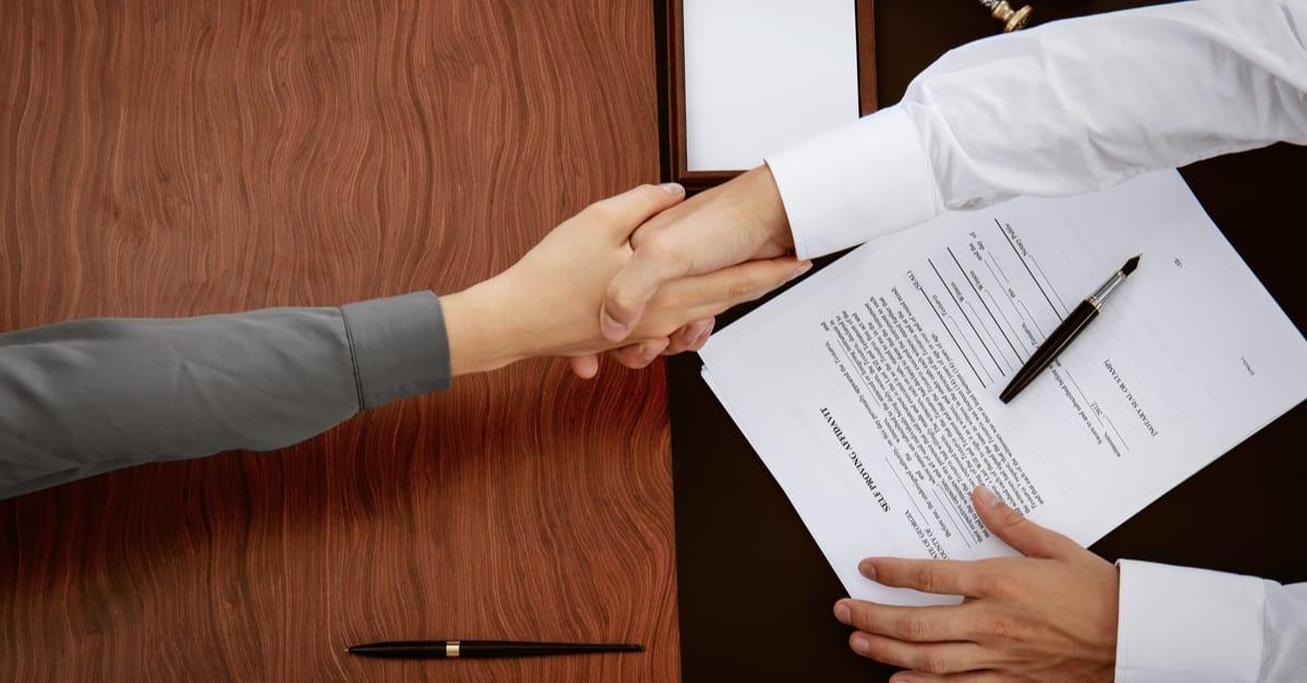 Notario Publico apreton de manos con mujer