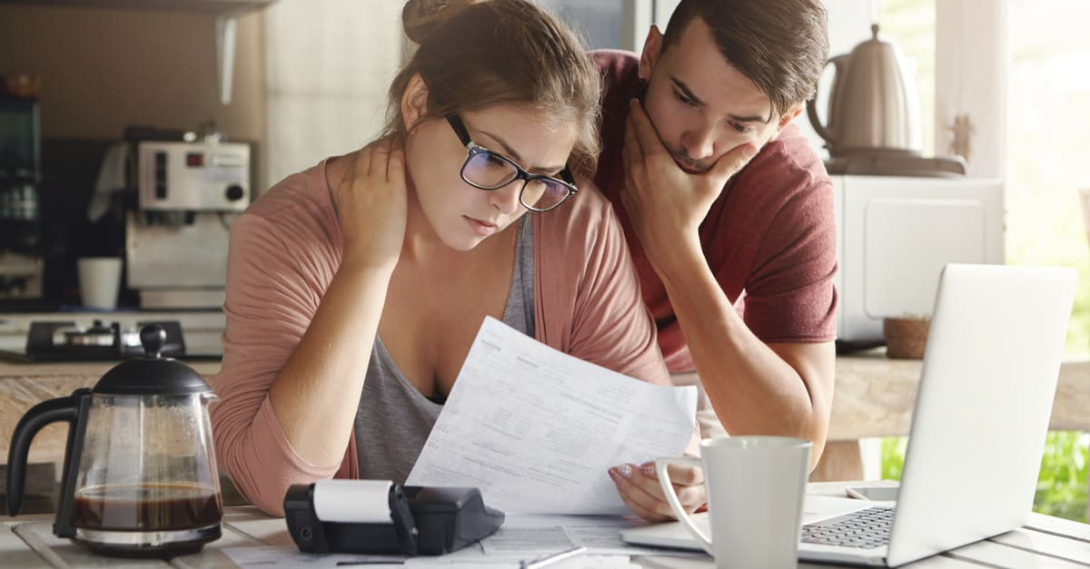 Young Caucasian family having debt problems, not able to pay out their loan. crédito