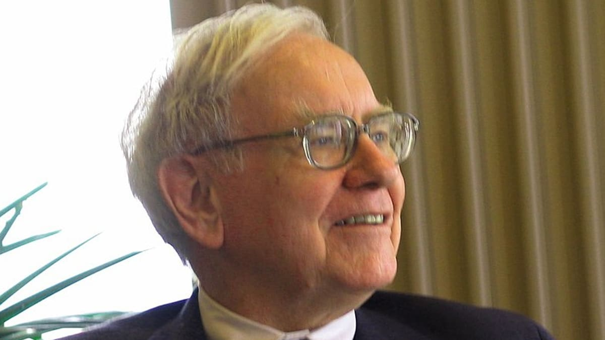 Wikipedia-Warren-Buffett-speaking-to-a-group-of-students-from-the-University-of-Kansas-School-of-Business