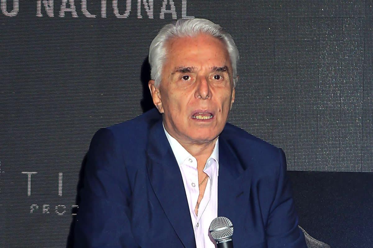 Enrique Guzmán manoseando Frida Sofía Alejandra Guzmán