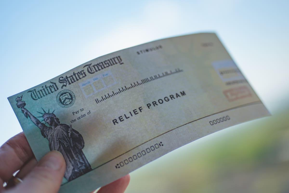 ¡No tire su tercer cheque de $1,400! IRS revela lo que debe buscar en el correo