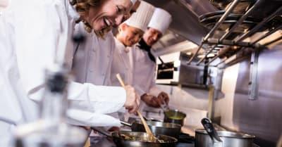Cocineros que preparan comida en la cocina
