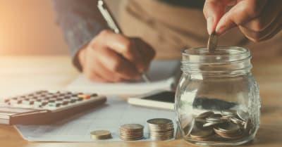 contabilidad empresarial con ahorro de dinero con la colocación de monedas a mano en el concepto de vidrio de yugo financiero