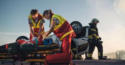 Paramédicos salvan la vida de una víctima que está mintiendo en las calles