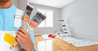 Mano pintadora con pincel pintar una casa