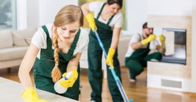 Grupo de amigos como limpiadores profesionales de piso grande