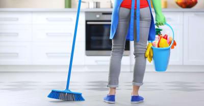 Concepto de limpieza. Mujer con tapón y cubo con líquido lavado, visión trasera