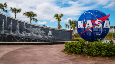 Space-Center-CAPE-CANAVERAL-FLORIDA-Kennedy-memorial-next-to-the-Nasa-globe