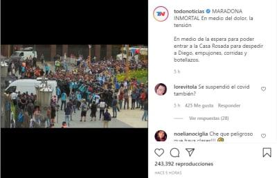 Con empujones y sin respetar la sana distancia, miles lloran en funeral de Maradona
