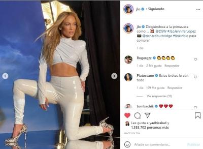 Jennifer López JLo piernas abiertas cama 3