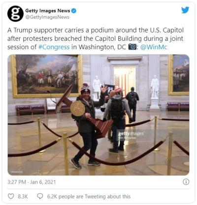 Asaltante que irrumpió en el Capitolio se llevó atril y lo vendió por $99,900