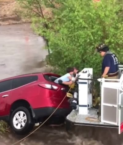Impressive rescue of a family in the middle of the floods in New Mexico