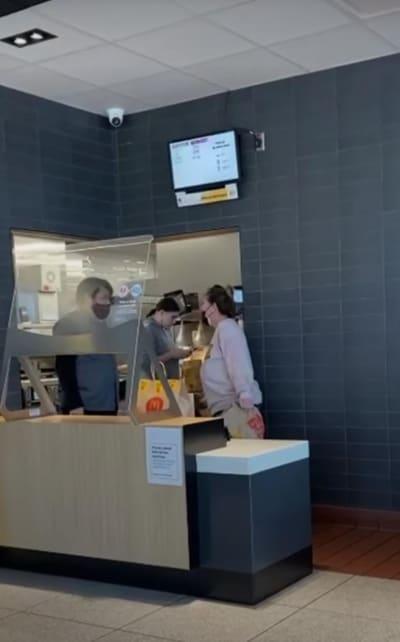 Video TikTok Clienta McDonald's, mascarilla