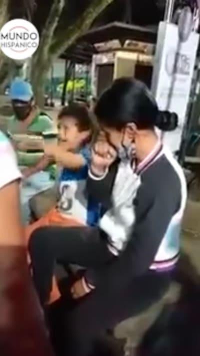 Video de niños golpeando a su madre causa indignación en las redes sociales