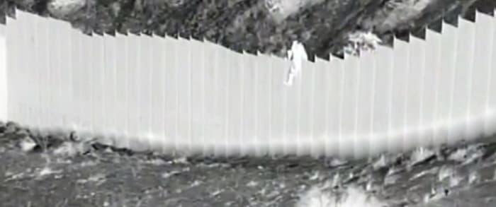 Contrabandistas arrojan niñas frontera