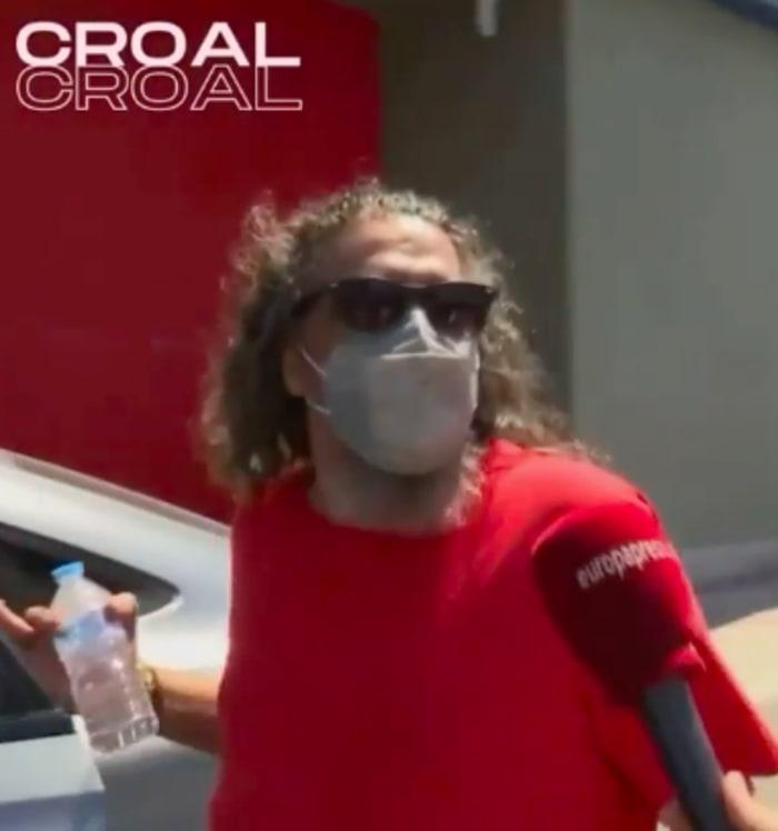 El cantante fue sacado de su casa por la policía