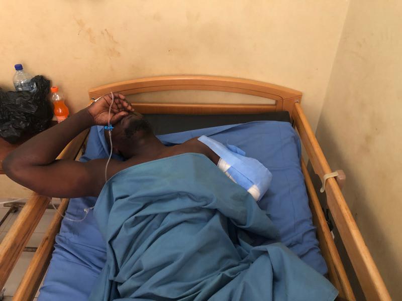 Un soldado herido está tendido en una cama en un hospital militar de Uagadugú, la capital de Burkina Faso.