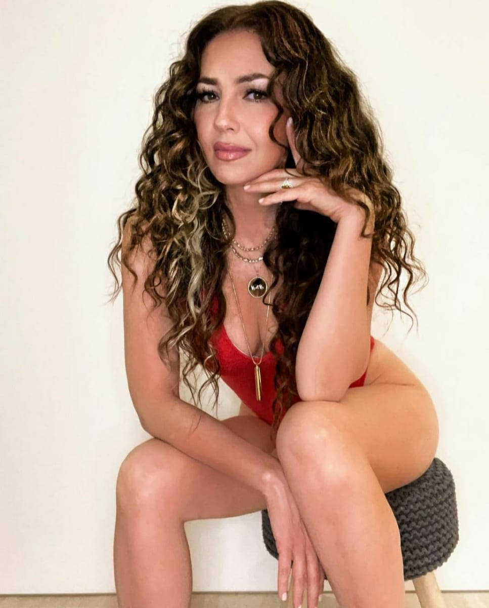 Thalía sale en descarado traje de baño y le dicen que se parece más a Chiquis y la Veneno