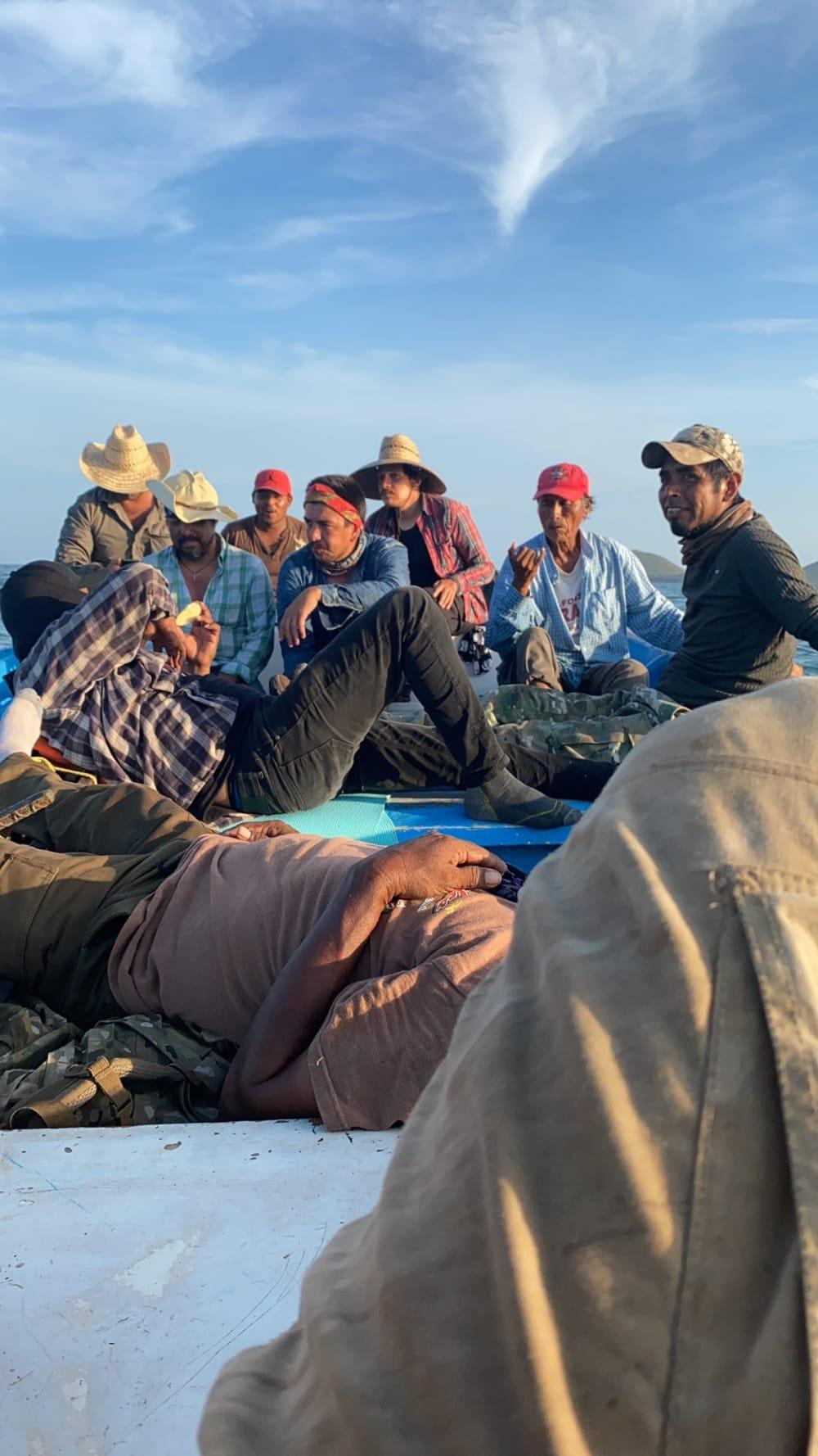 Arturo Islas varado isla: Comparte imagen de los pescadores que lo acompañaban