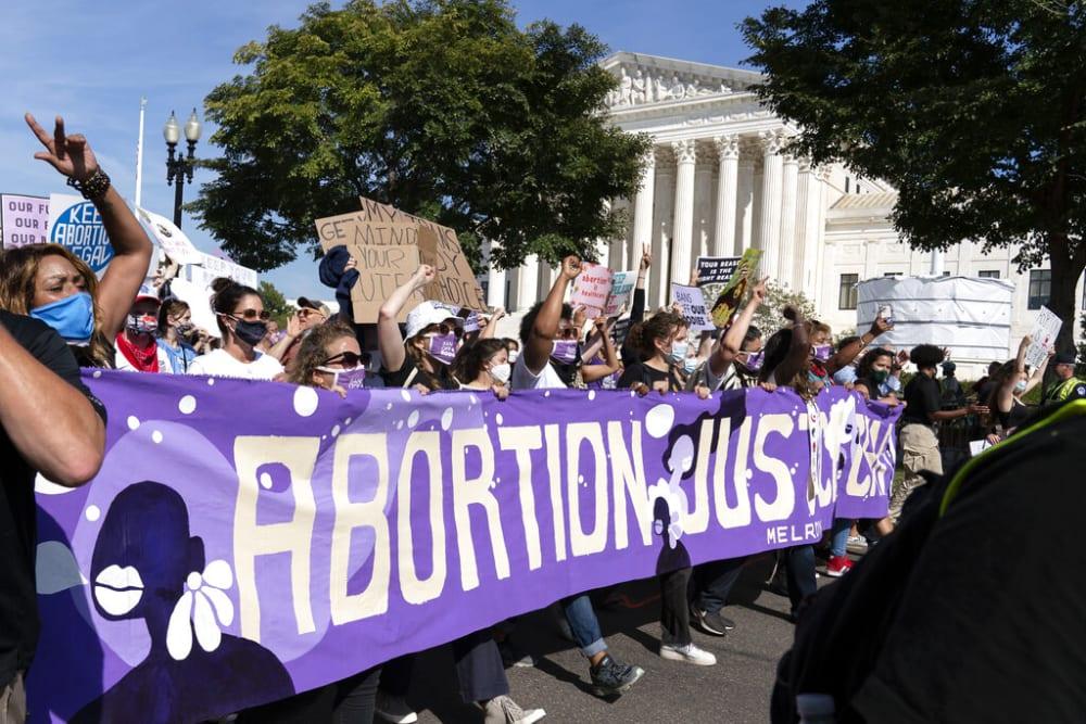 Biden levanta prohibición de Trump de referir abortos en las clínicas de planificación familiar
