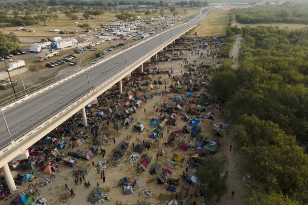 WhatsApp y redes sociales guían a migrantes haitianos a Texas