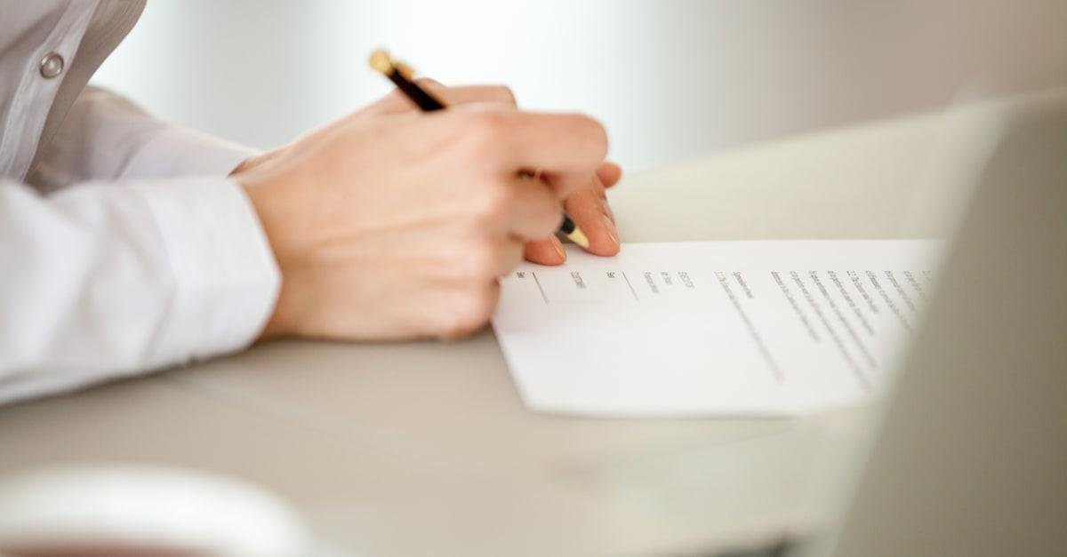 certificados de deposito La mujer empresaria firma papel, la mano femenina firma en el documento de trabajo haciendo el contrato de trabajo, tomando el concepto de seguro de préstamo bancario