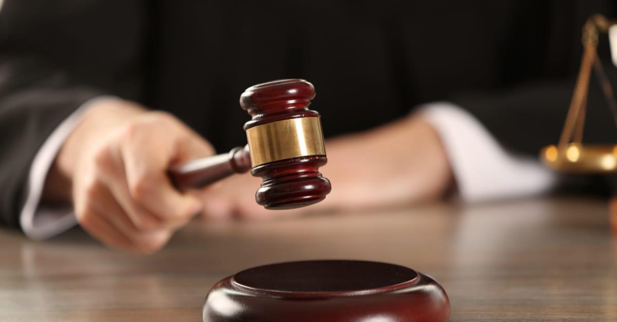 Mano de juez con martillo determinando sentencia en Texas