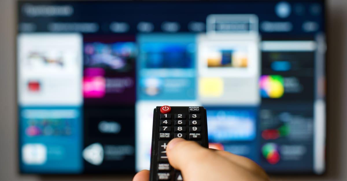 Un control de smart tv apuntando a HBO