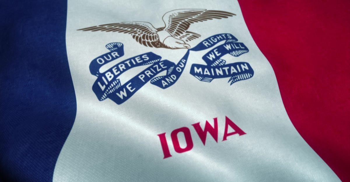 Bandera Iowa ondeando en el viento. Bandera nacional de Iowa. Signo de Iowa. Representación 3d.