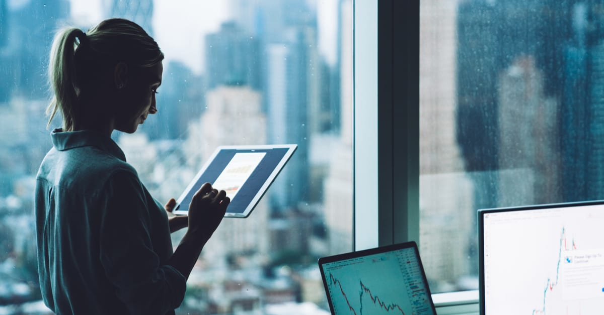 trabajos estados unidos Mujer economista que controla la moneda de la bolsa a través de recursos financieros en línea con tableta moderna