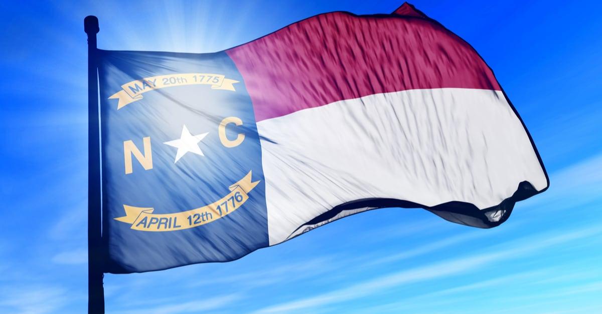 Bandera de Carolina del Norte (Estados Unidos) ondeando en el viento