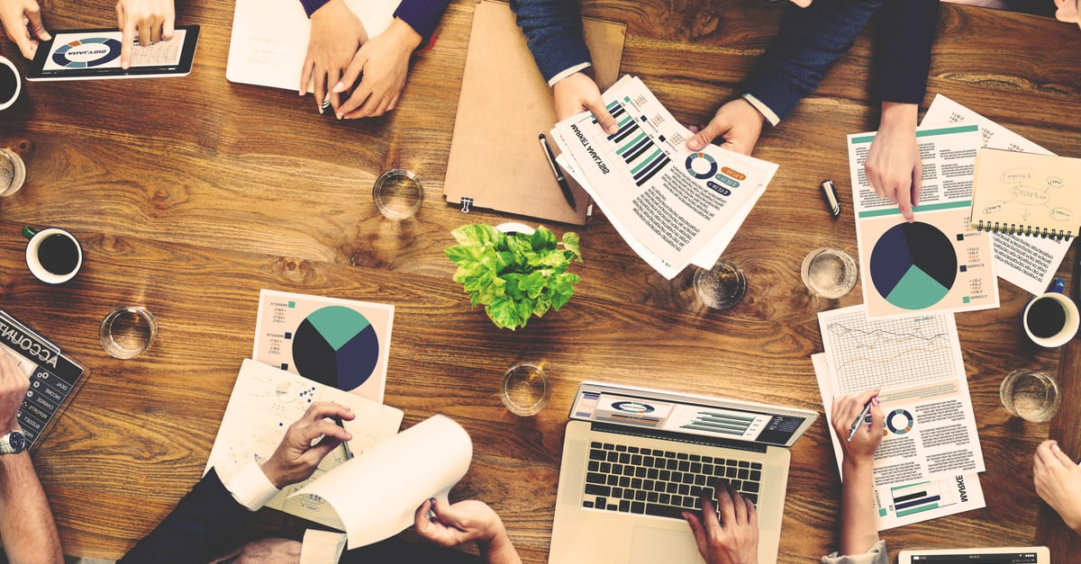 Concepto de reunión comercial del equipo de contabilidad de análisis de marketing un negocio rentable
