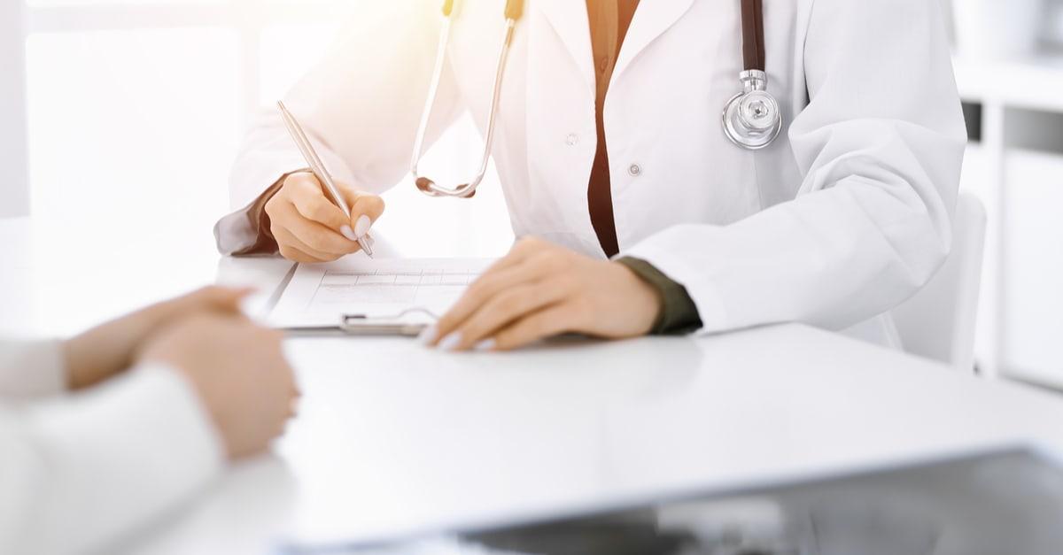 Un paciente con médico en una consulta como concepto de objetivo de salud de Biden
