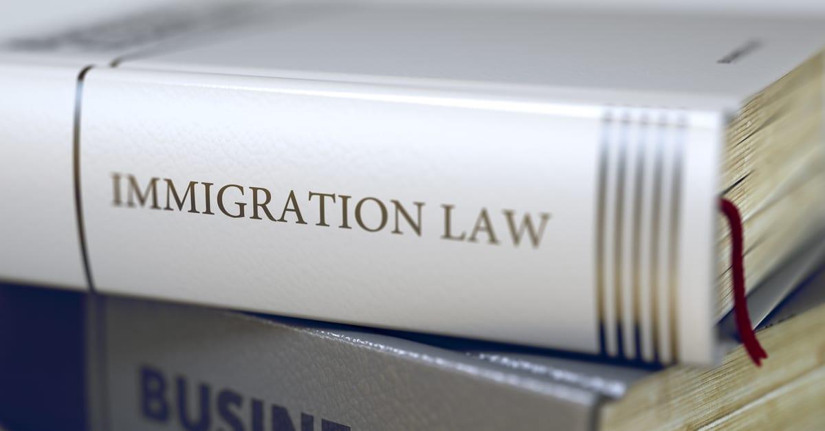 Libro de reforma migratoria que plasma reglas para los migrantes