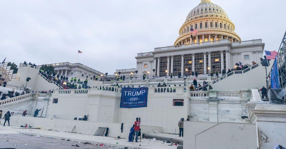 Un par de personas en los sucesos del Capitolio