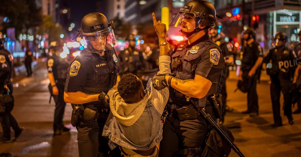 Dos oficiales de policía deteniendo a una persona en Nueva York