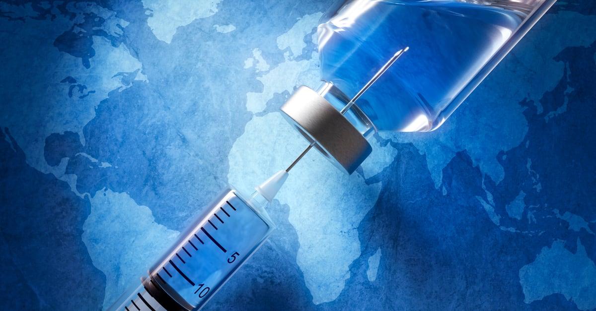 Una jeringa que está absorbiendo vacuna contra el covid