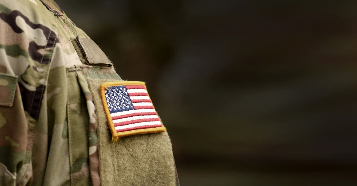 El hombro del uniforme del Ejército de los EE.UU.