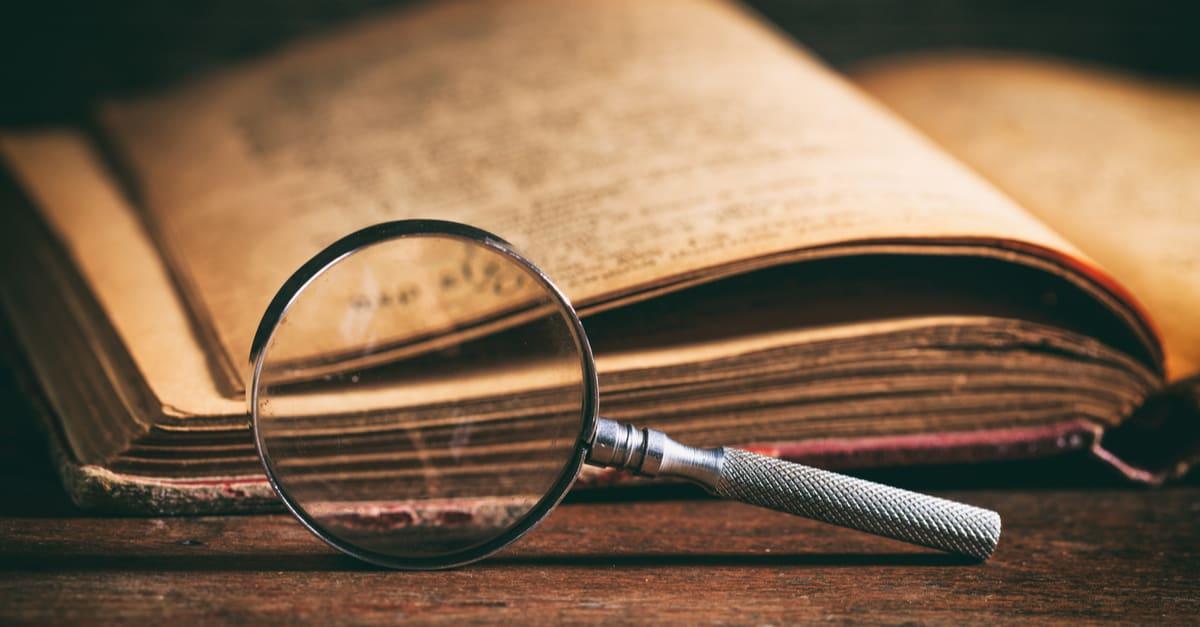 Una lupa delante de un libro de texto que contiene datos antiguos de Florida