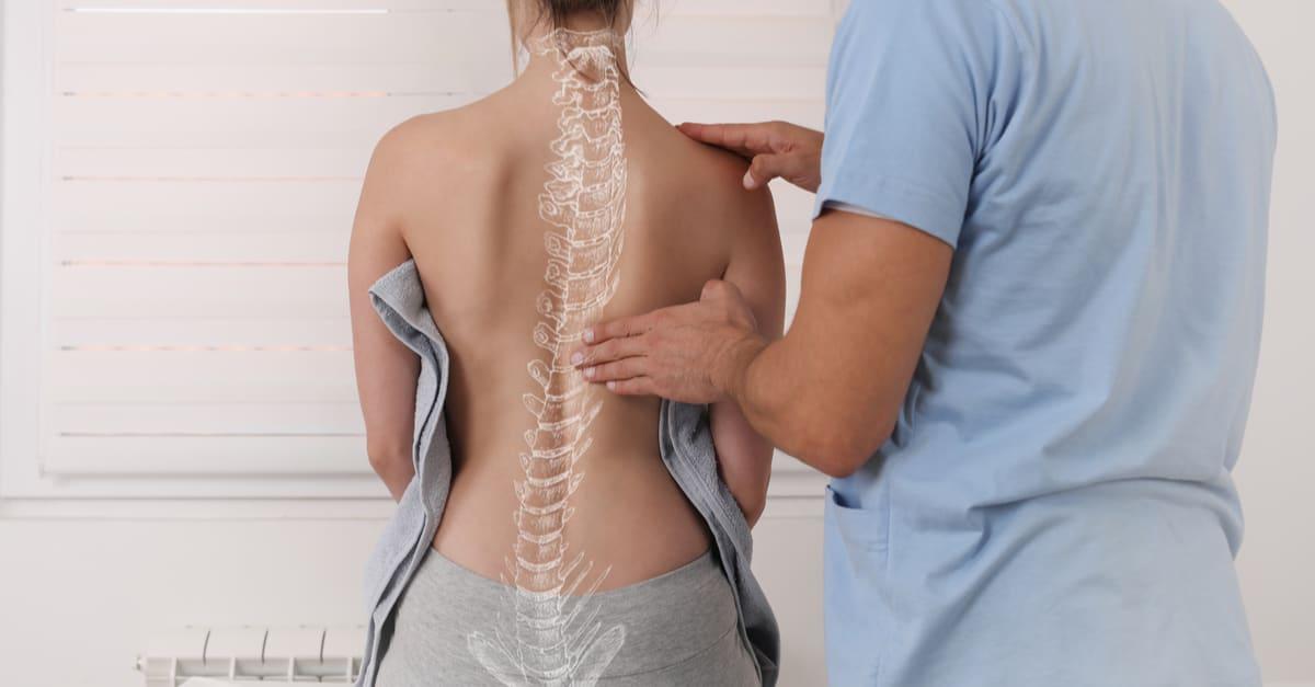 Anatomía de la curva de la escoliosis, corrección de la postura. Tratamiento quiropráctico, alivio del dolor de espalda. trabajos en estados unidos