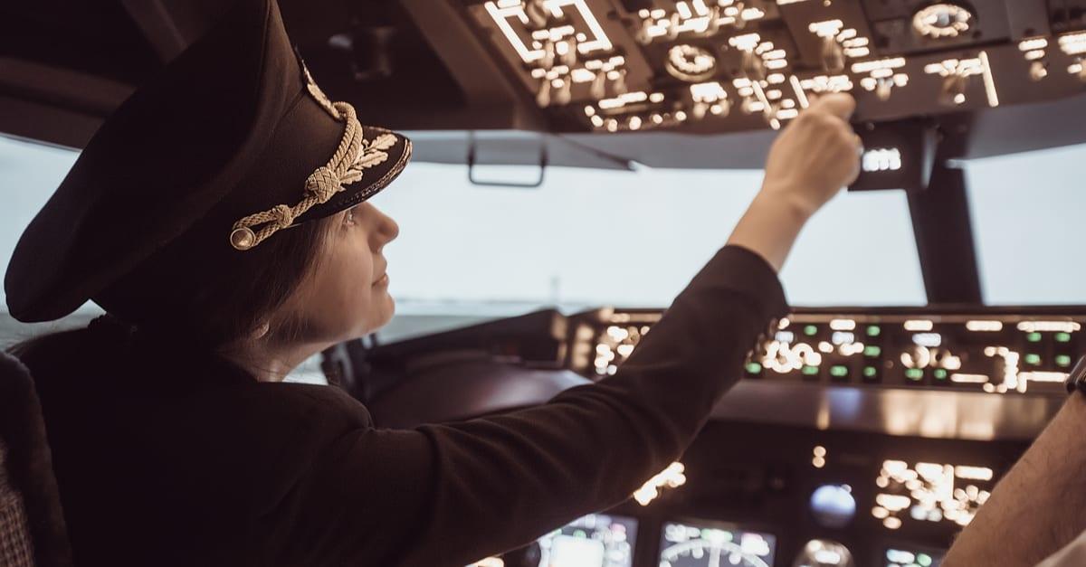 trabajos de estados unidos La piloto del avión se prepara para el despegue en la cabina de vuelo. Chica piloto en un avión uniforme de vuelo en el cielo