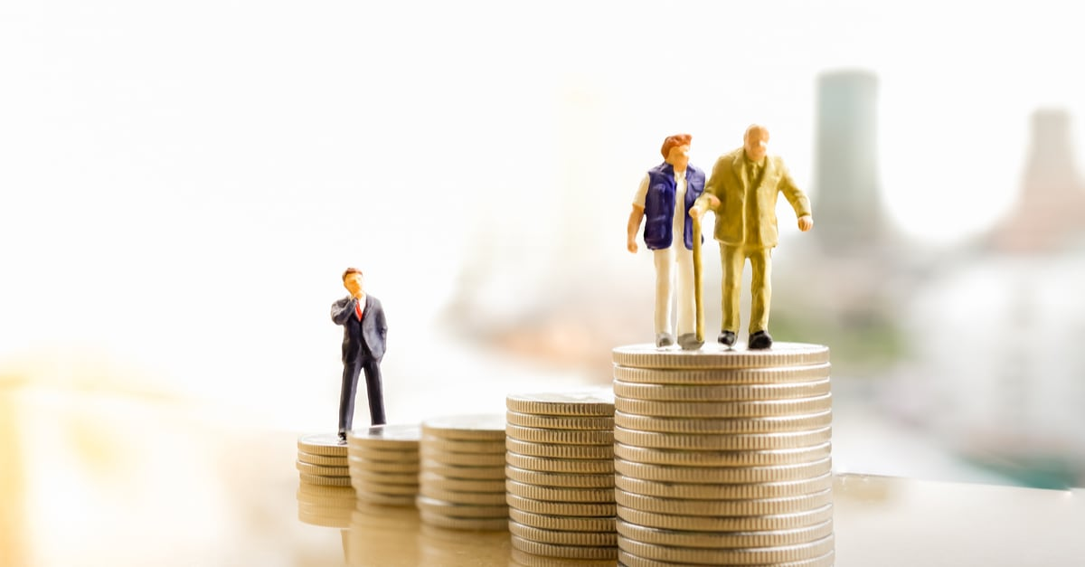 Concepto de planificación de la jubilación.Personas en miniatura_ Vieja pareja en la cima de la pila de monedas.gastos deducibles irs