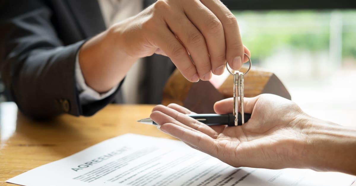gastos deducibles irs agente inmobiliario clave de la casa de su cliente tras firmar el contrato de trabajo,concepto de propiedad inmobiliaria, mudanza de casa o alquiler de propiedad
