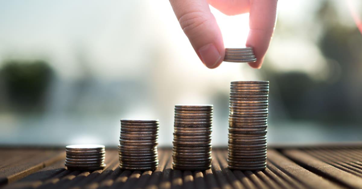 Acumulación manual de monedas de dinero crece, ahorra dinero para el concepto de propósito certificados de deposito