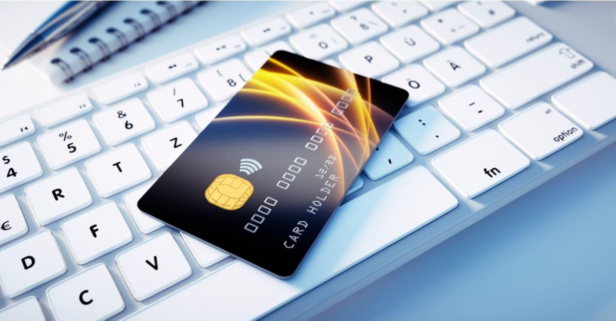 Burla negra de tarjeta de crédito brillante en el teclado del ordenador - Ilustración 3D