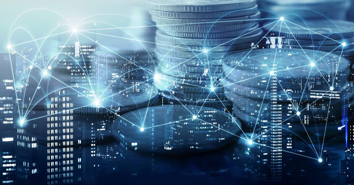 Doble exposición de ciudad , red o conexión y filas de monedas para concepto financiero y de negocios