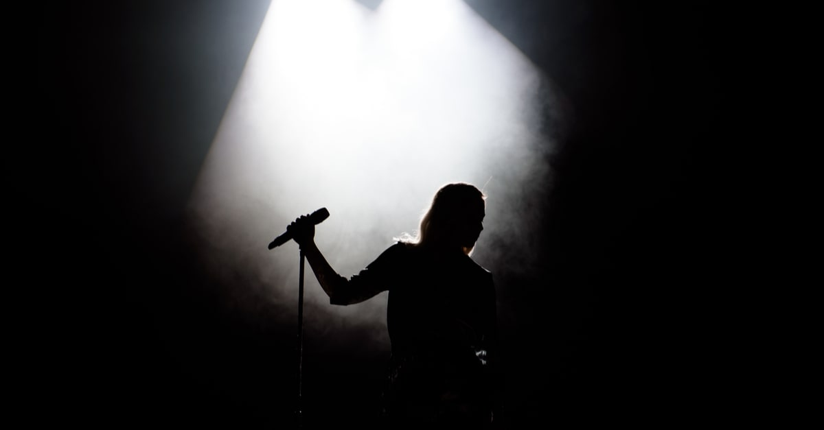 Una silueta de una cantante