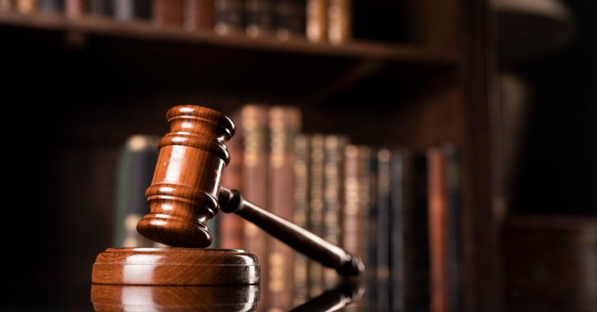 Un martillo de juez que se usa para aplicar la ley