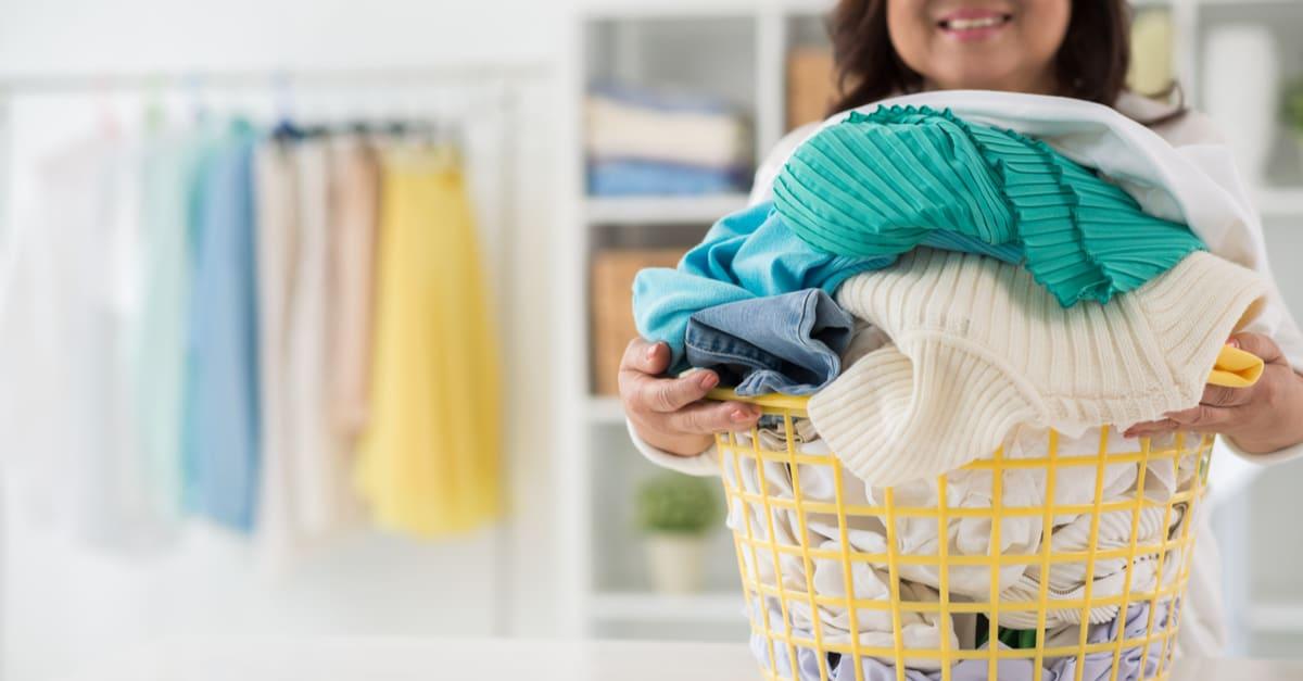 Mujer casera con una canasta de ropa recién lavada
