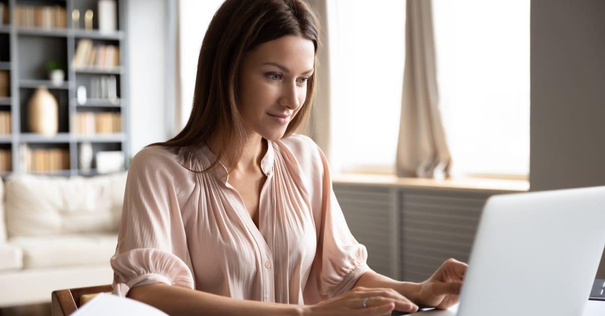 Una mujer pidiendo el servicio de retención de correo en su computadora